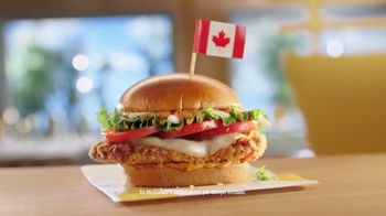 McDonald's Tomato Mozzarella Chicken Sandwich TV Spot, 'Pasaporte' [Spanish]