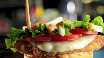 McDonald's Tomato Mozzarella Chicken Sandwich TV Spot, 'Pasaporte' [Spanish] - Thumbnail 3