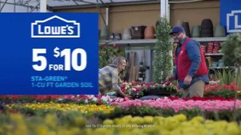 Lowe's Fourth of July Savings TV Spot, 'Premium Mulch' - Thumbnail 7