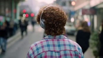Bose Noise Cancelling Headphones 700 TV Spot, 'Haircut: Alexa' Song by Genesis Owusu - Thumbnail 6