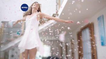 Nivea Coconut & Monoi Oil Infused Lotion TV Spot, 'Nourishing'