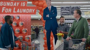 Tide TV Spot, 'Laundry Night: Fireplace' Featuring Nick Offerman, Peyton Manning, Kenan Thompson - Thumbnail 3