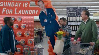 Tide TV Spot, 'Laundry Night: Fireplace' Featuring Nick Offerman, Peyton Manning, Kenan Thompson - Thumbnail 4