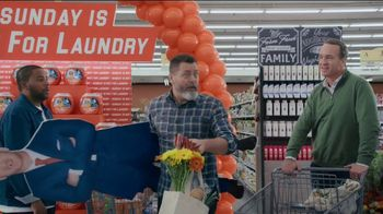 Tide TV Spot, 'Laundry Night: Fireplace' Featuring Nick Offerman, Peyton Manning, Kenan Thompson - Thumbnail 5