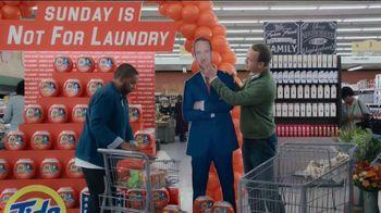 Tide TV Spot, 'Laundry Night: Fireplace' Featuring Nick Offerman, Peyton Manning, Kenan Thompson - Thumbnail 8