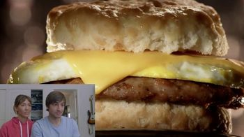 Jack in the Box 2-for-$4 Breakfast Biscuits TV Spot, 'Reacciones: salchicha o tocino' [Spanish] - Thumbnail 2