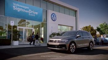 Volkswagen Sign Then Drive Event TV Spot, 'Bigger Banner' [T2] - Thumbnail 3