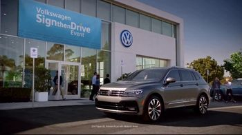Volkswagen Sign Then Drive Event TV Spot, 'Bigger Banner' [T2] - Thumbnail 4