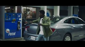 Chase Freedom Unlimited Card TV Spot, 'You're Always Earning at the Gas Station' Featuring Kevin Hart - Thumbnail 7