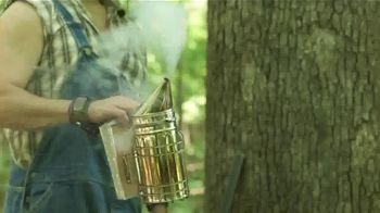 Cirrus Outdoors Wind Indicator TV Spot, 'Bee Smoker' - Thumbnail 3