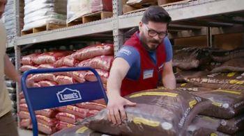 Lowe's Labor Day Savings TV Spot, 'Premium Mulch' - Thumbnail 3