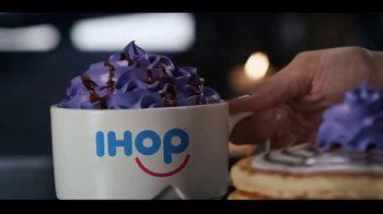 IHOP The Addams Family Menu TV Spot, 'Llamada telefónica' [Spanish] - Thumbnail 4
