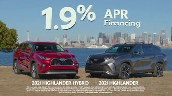 Toyota Fall Savings TV Spot, 'Back in Washington: Highlander' Feat. Danielle Demski, Ethan Erickson [T2] - Thumbnail 8