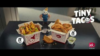 Jack in the Box Tiny Tacos TV Spot, 'Mini versiones' con Oscar Miranda [Spanish] - Thumbnail 6
