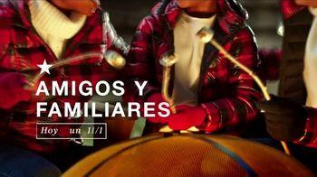 Macy's Venta Amigos y Familiares TV Spot, '30% menos extra en todo para las fiestas' [Spanish]