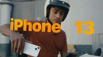 Apple iPhone 13 TV Spot, 'Un héroe' canción de Footsie [Spanish]