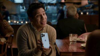 T-Mobile TV Spot, 'Propuesta: iPhone para siempre' canción de Magneto [Spanish] - Thumbnail 4
