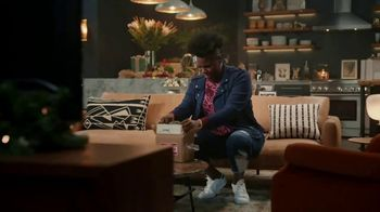 Portal from Facebook TV Spot, 'Portal Holiday: Gifting with Leslie Jones' - Thumbnail 7