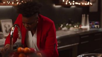 Portal from Facebook TV Spot, 'Portal Holidays: Holiday Happy Hour With Leslie Jones' Song by Dimitri Syde - Thumbnail 4
