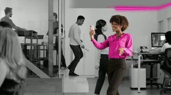 T-Mobile TV Spot, 'iPhone 12 Pro Max y dos líneas: $100 dólares' canción de Surfaces [Spanish] - Thumbnail 6