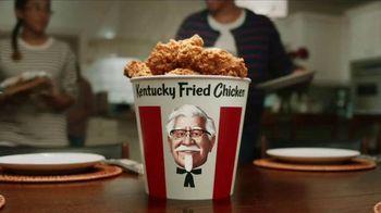 KFC $20 Fill Up TV Spot, 'Cubeta hablando' [Spanish] - Thumbnail 1