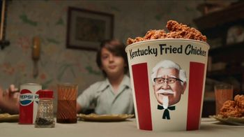 KFC $20 Fill Up TV Spot, 'Cubeta hablando' [Spanish] - Thumbnail 4