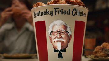 KFC $20 Fill Up TV Spot, 'Cubeta hablando' [Spanish] - Thumbnail 6