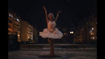 Amazon TV Spot, 'El show debe continuar' con Taïs Vinolo, cancion de Queen [Spanish] - Thumbnail 8