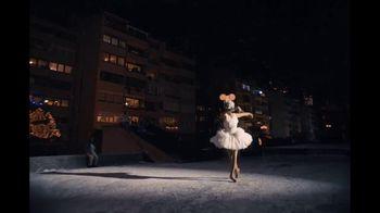Amazon TV Spot, 'El show debe continuar' con Taïs Vinolo, cancion de Queen [Spanish] - Thumbnail 9