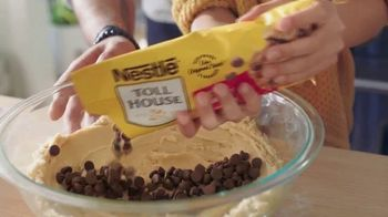 Nestle Toll House Semi-Sweet Morsels TV Spot, 'How to Share Love' Song by Gabriela - Thumbnail 3