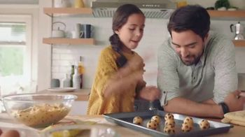 Nestle Toll House Semi-Sweet Morsels TV Spot, 'How to Share Love' Song by Gabriela - Thumbnail 5