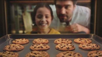 Nestle Toll House Semi-Sweet Morsels TV Spot, 'How to Share Love' Song by Gabriela - Thumbnail 6