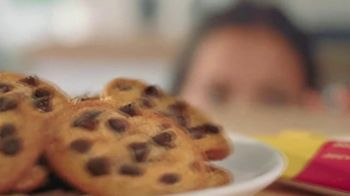 Nestle Toll House Semi-Sweet Morsels TV Spot, 'How to Share Love' Song by Gabriela - Thumbnail 8