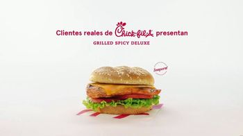 Chick-fil-A TV Spot, 'Las pequeñas cosas: Grilled Spicy Deluxe: John y Jimena' [Spanish] - Thumbnail 1