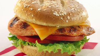 Chick-fil-A TV Spot, 'Las pequeñas cosas: Grilled Spicy Deluxe: John y Jimena' [Spanish] - Thumbnail 8