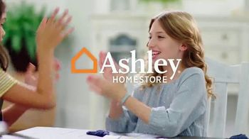 Ashley HomeStore Fall in Love With Home Sale TV Spot, '30% de descuento' [Spanish] - Thumbnail 3