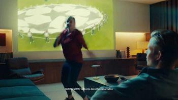 Lay's TV Spot, 'UEFA: liga de apartamentos' con Paul Pogba, Lionel Messi, Lieke Martens [Spanish] - Thumbnail 4