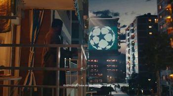 Lay's TV Spot, 'UEFA: liga de apartamentos' con Paul Pogba, Lionel Messi, Lieke Martens [Spanish] - Thumbnail 6