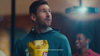 Lay's TV Spot, 'UEFA: liga de apartamentos' con Paul Pogba, Lionel Messi, Lieke Martens [Spanish] - Thumbnail 7