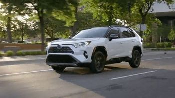 Toyota TV Spot, 'Hybrids: MPG and OMG' [T2] - Thumbnail 9