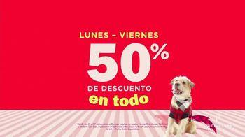 Old Navy TV Spot, 'Jingle Jammies: 50% de descuento' con RuPaul [Spanish] - Thumbnail 7