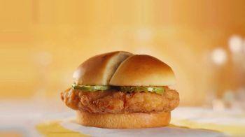 McDonald's Crispy Chicken Sandwich TV Spot, 'Crujiente, jugoso, tierno: compra uno y llévate otro' [Spanish] - Thumbnail 1
