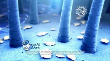 Head & Shoulders TV Spot, 'Frío: Dry Scalp Care' [Spanish] - Thumbnail 6