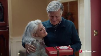 Edible Arrangements TV Spot, 'Holidays: Moment of Wow: Free Delivery' Song by Leslie Odom, Jr. - Thumbnail 4