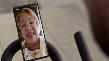 T-Mobile TV Spot, 'Netflix on Us: Samsung Galaxy S20 FE 5G' con LeJuan James [Spanish] - Thumbnail 4