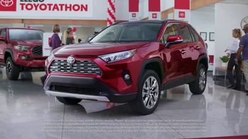 Toyota Toyotathon TV Spot, 'Celebra las fiestas' [Spanish] [T2] - Thumbnail 3