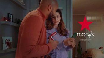 Macy's TV Spot, 'El regalo correcto nos acerca: 20% menos extra' [Spanish] - Thumbnail 7
