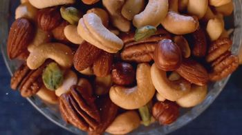 Planters Deluxe Mixed Nuts TV Spot, 'Satisfecho' [Spanish] - Thumbnail 5