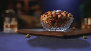 Planters Deluxe Mixed Nuts TV Spot, 'Satisfecho' [Spanish] - Thumbnail 6