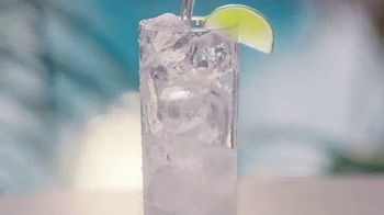 Corona Hard Seltzer TV Spot, 'Refrescante en cada lata' canción de Pete Rodriguez  [Spanish] - Thumbnail 6